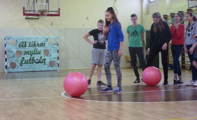 Kauno gimnazijos moksleiviai paminėjo Tarptautinę futbolo dieną