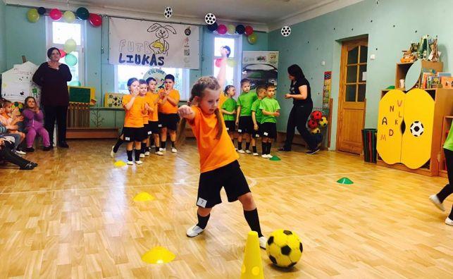Futboliukas su Kiškiu Hansu keliauja po Lietuvą