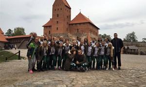 Merginos treniruojasi stovykloje Vilniuje