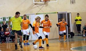 Įvairių profesijų moterys varžėsi futbolo šventėje