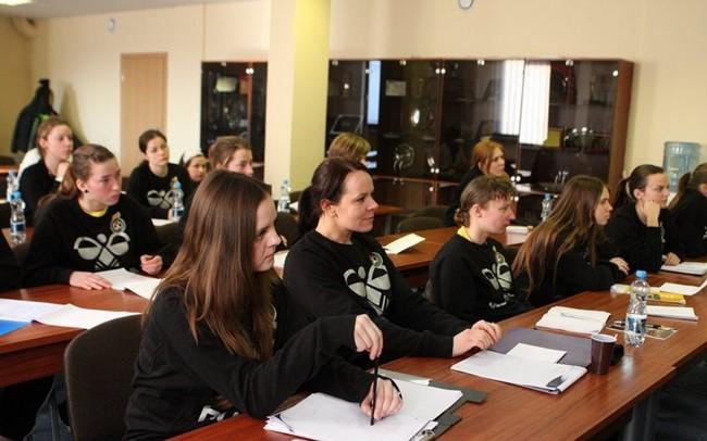 Siūlo susipažinti su moterų futbolo teisėjų darbu