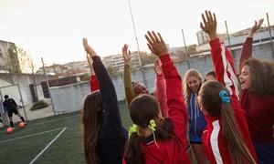 Futbolą žaidžiančios merginos labiau pasitiki savimi