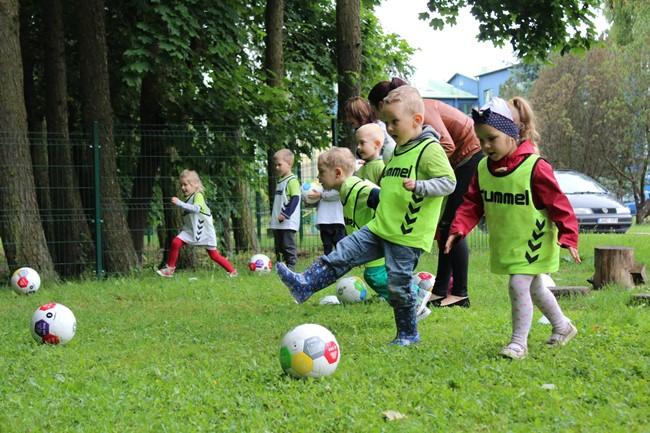 Vasarą pradėjo susipažindami su futbolo kamuoliu