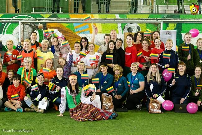 Įvairių profesijų moterys smagiai leido laiką futbolo aikštėje