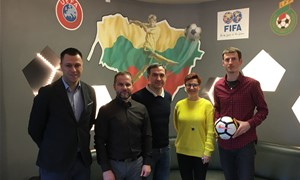 SHARP Elitinės jaunių lygos žaidėjai mėgaujasi naujais kamuoliais