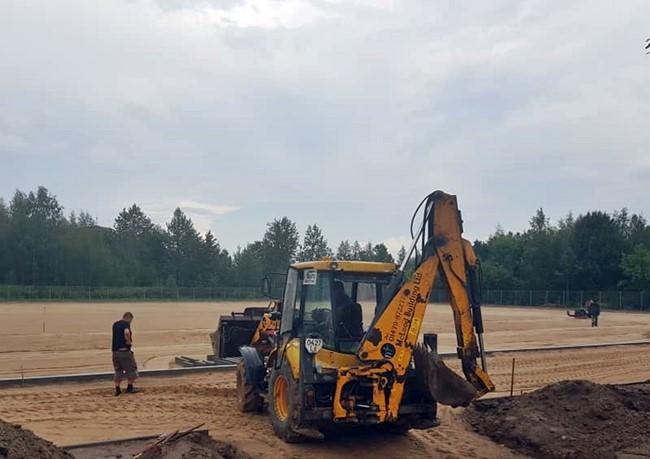 Naujojoje Akmenėje įrenginėjamas dirbtinės dangos stadionas