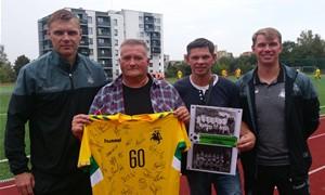 Lietuvos rinktinė dėkoja pirmiesiems futbolininkų treneriams