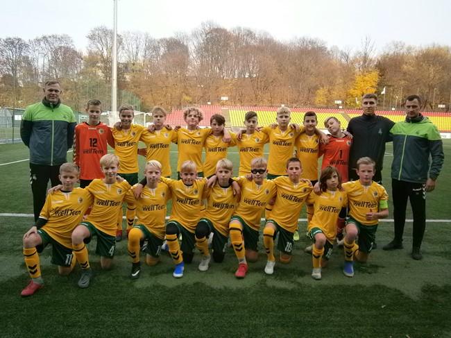 Jaunieji futbolininkai mėgaujasi žaidimu Lietuvos regioninėje komandoje