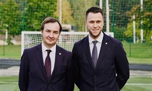 Renovuotas VU stadionas: naująją dangą pirmieji išbandė LFF generalinis sekretorius, VU rektorius ir LSFL prezidentas