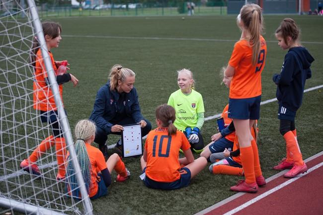 Jauniausios futbolo žaidėjos rungėsi Gargžduose ir Šventupėje